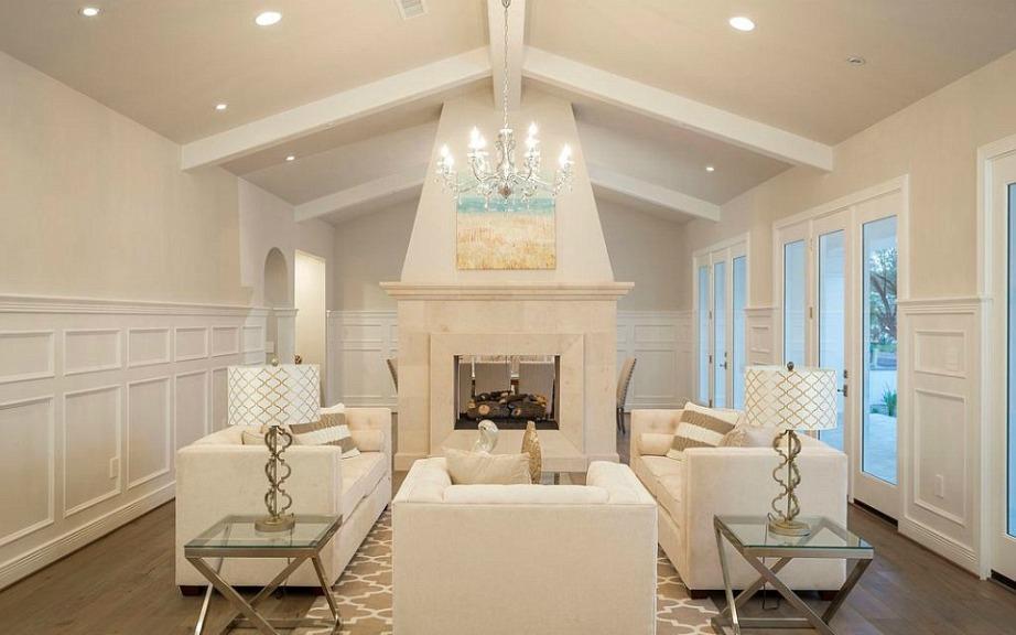 Το σαλόνι, η κουζίνα και η πισίνα είναι τα 3 πιο εντυπωσιακά σημεία του σπιτιού.