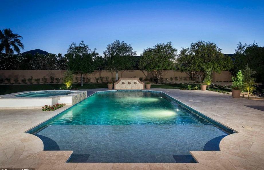 Η πισίνα θυμίζει Resort πισίνα high class ξενοδοχείου.