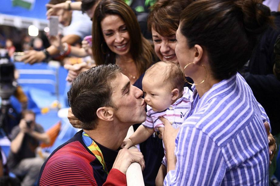 Ο Phelps αφιέρωσε τα μετάλλιά του στον γιο του ο οποίος βρισκόταν στους αγώνες του στο Ρίο μαζί με τη μαμά του.