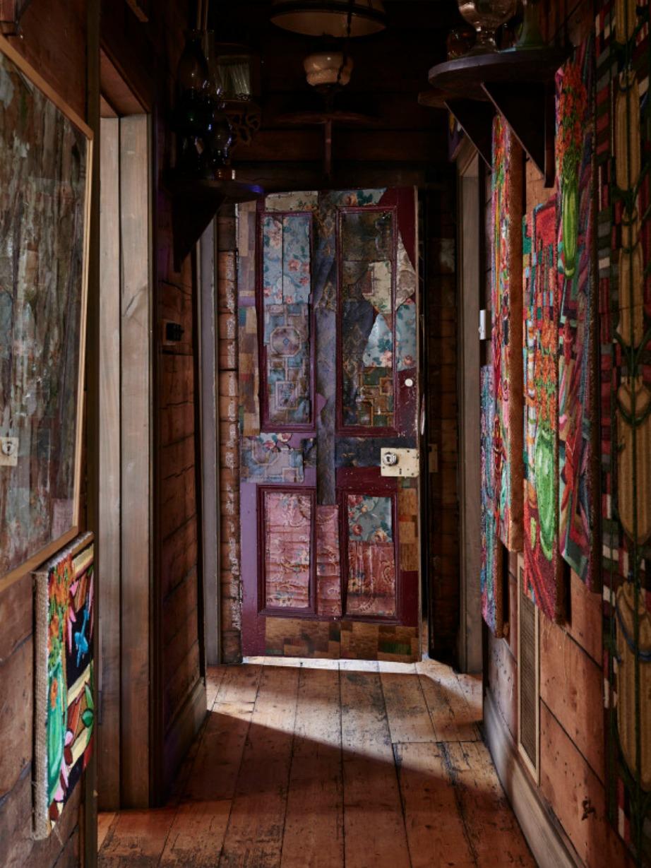 Τα έργα τέχνης του ιδιοκτήτη και το ξύλο είναι αυτά που καλωσορίζουν τον επισκέπτη.