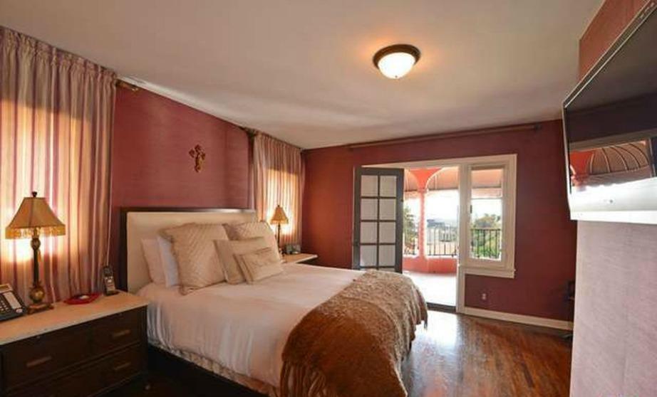 Άνετη και με τα χρώματα του πάθος βαμμένη η μέχρι πρότινος κρεβατοκάμαρα του ζευγαριού.