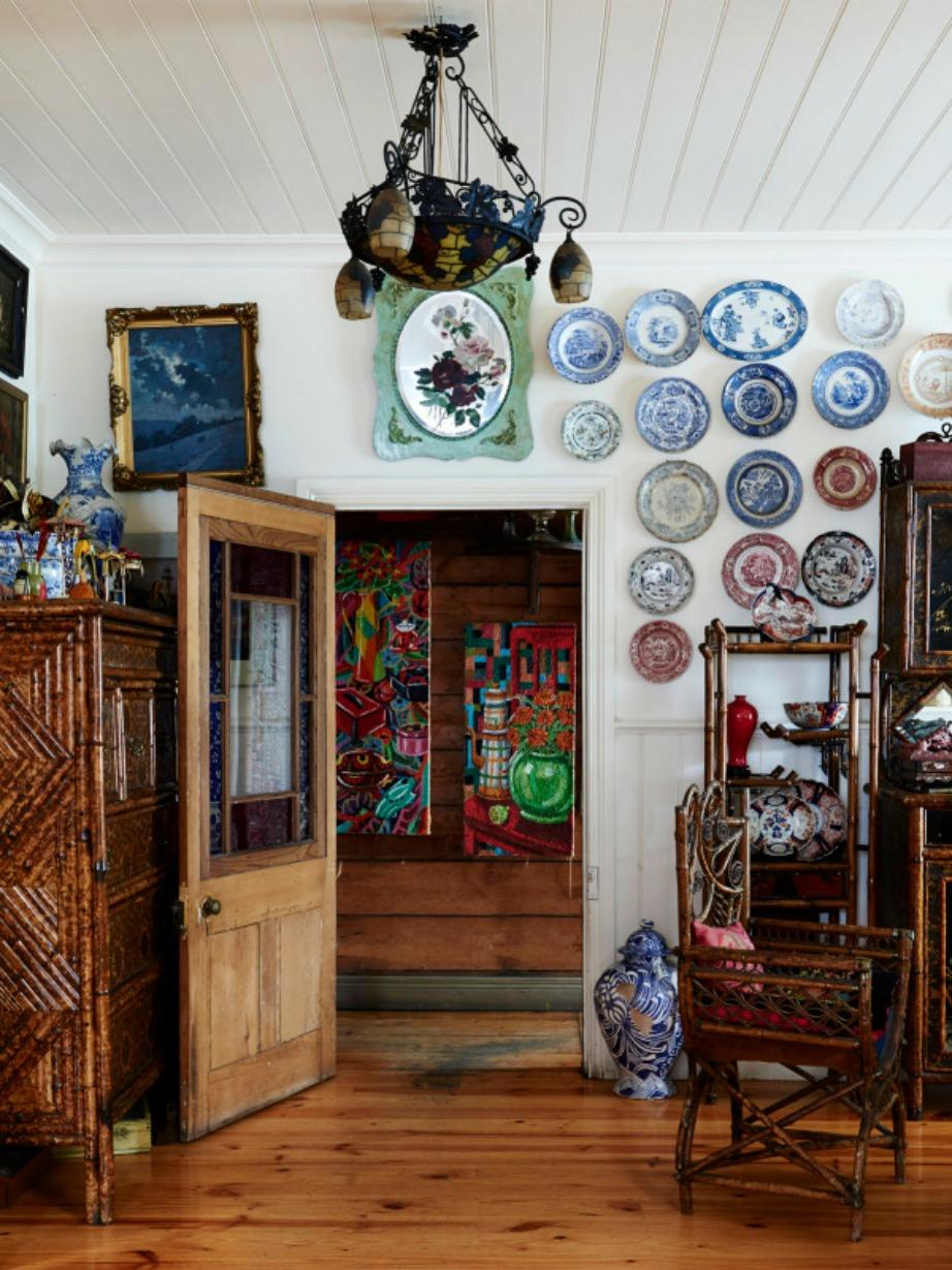 Τα κρεμαστά πιάτα στον τοίχο είναι μια διακοσμητική συνήθεια αρκετά οικία για τα ελληνικά δεδομένα.