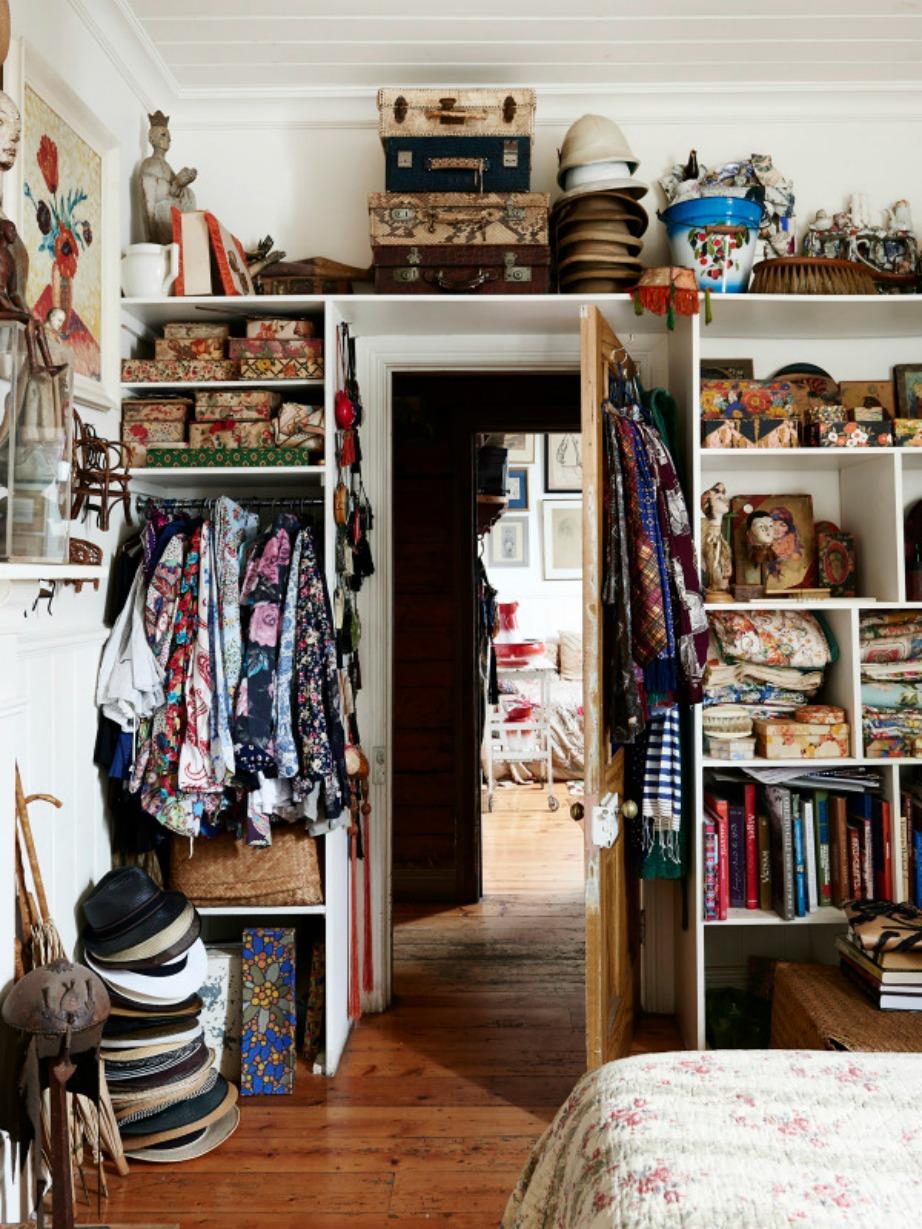 Πουκάμισα, καπέλα και βαλίτσες μοιάζουν με διακοσμητικά «αντικείμενα» του χώρου.