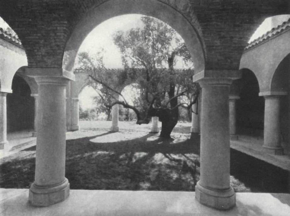 Μαρμάρινες κολώνες κοσμούν την εξωτερική αυλή της βίλας «La Pausa».