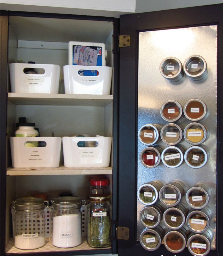 Τοποθετήστε τα βαζάκια με τα μπαχαρικά σας στο εσωτερικό ενός ντουλαπιού πάνω σε μαγνητική επιφάνεια.