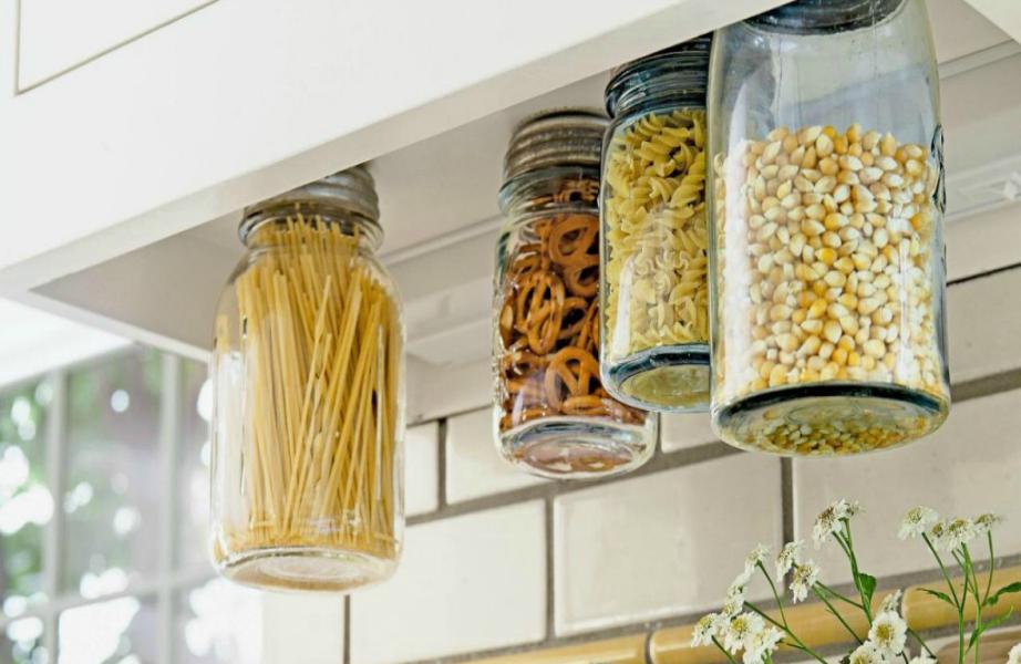 Εξοικονομήστε χὠρο από τον πάγκο της κουζίνας, κρεμώντας τα διακοσμητικά βάζα.