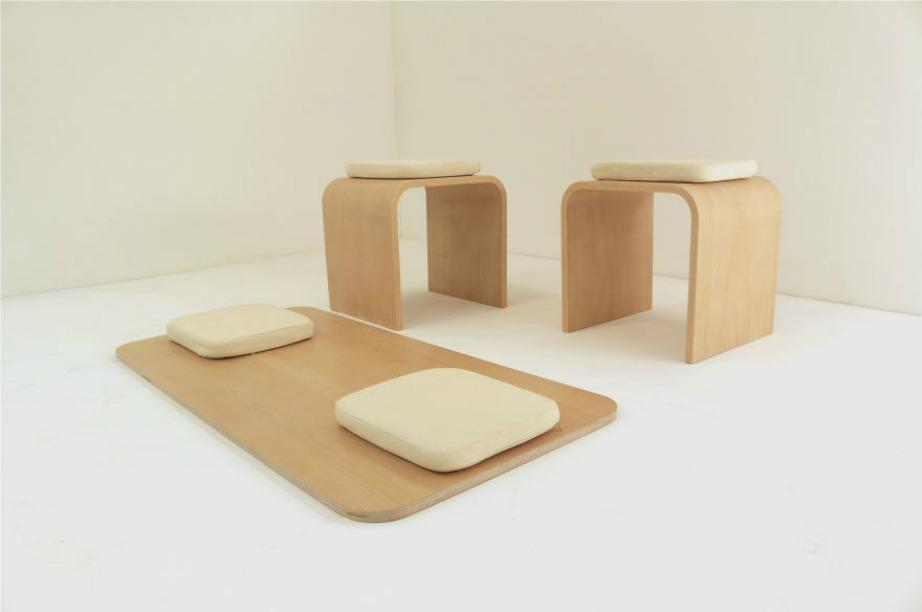 Το τραπέζι όπως βλέπετε και στη φωτογραφία αποτελείται από 3 ξύλινα κομμάτια και 4 μαξιλάρια.