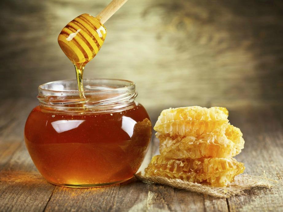 Το νιτρικό οξύ που περιέχει το μέλι ενθαρρύνει την καύση του λίπους στον οργανισμό μας.