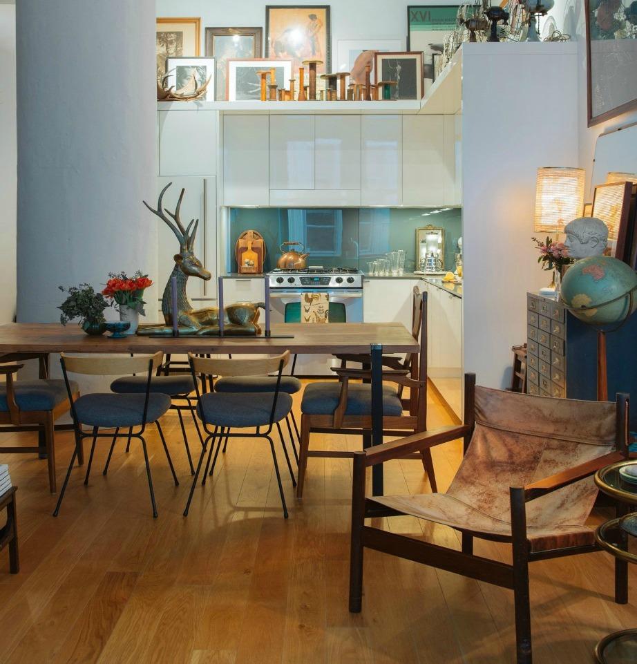 Γεμίστε τον χώρο πάνω από τα ντουλάπια της κουζίνας με πίνακες και έργα τέχνης.