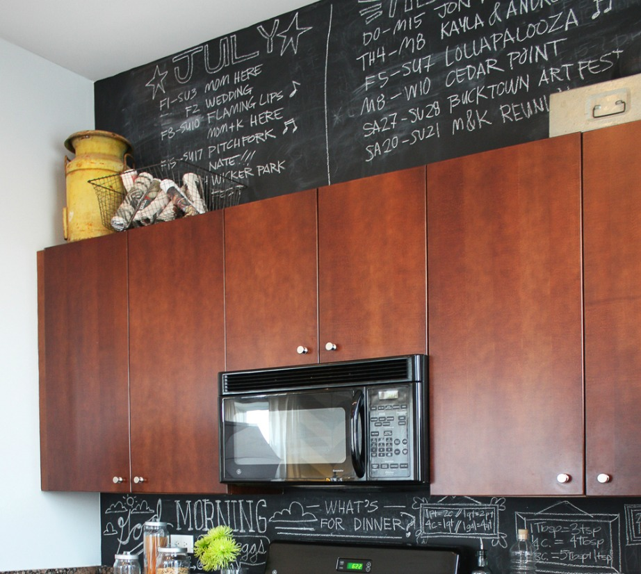 Βάψτε τον τοίχο πάνω από τα ντουλάπια της κουζίνας με χρώμα μαυροπίνακα.