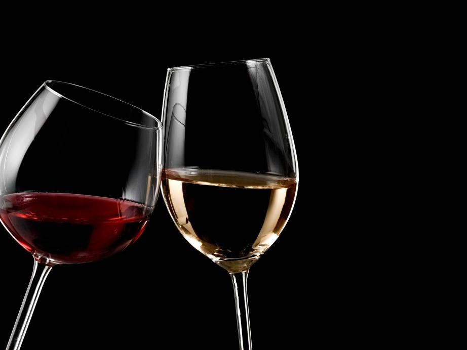 Τόσο το λευκό όσο και το κόκκινο κρασί σερβίρονται σε διαφορετικό είδος ποτηριού.