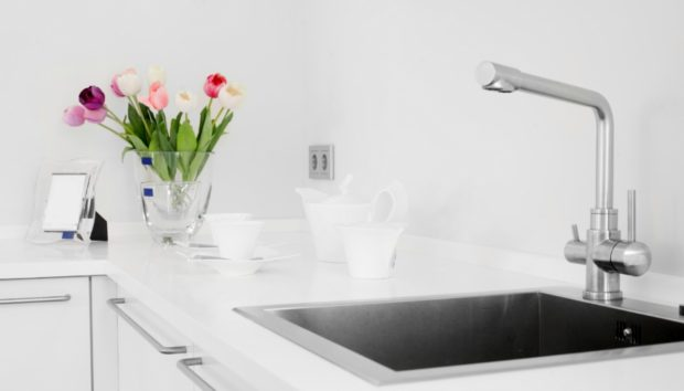 Εξαφανίστε τα Άλατα από την Κουζίνα και το Μπάνιο με μια Εφημερίδα