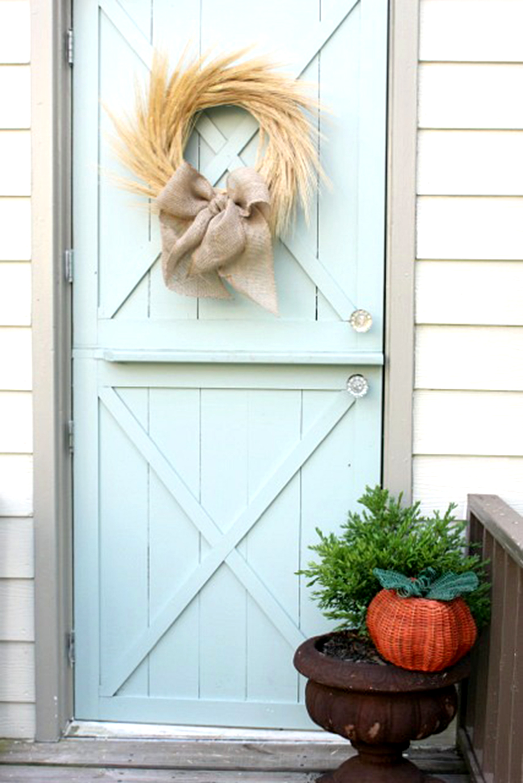 Ένα υπέροχο φθινοπωρινό στεφάνι που δεν κοστίζει σχεδόν τίποτε θα κοσμεί την είσοδο του σπιτιού σας.