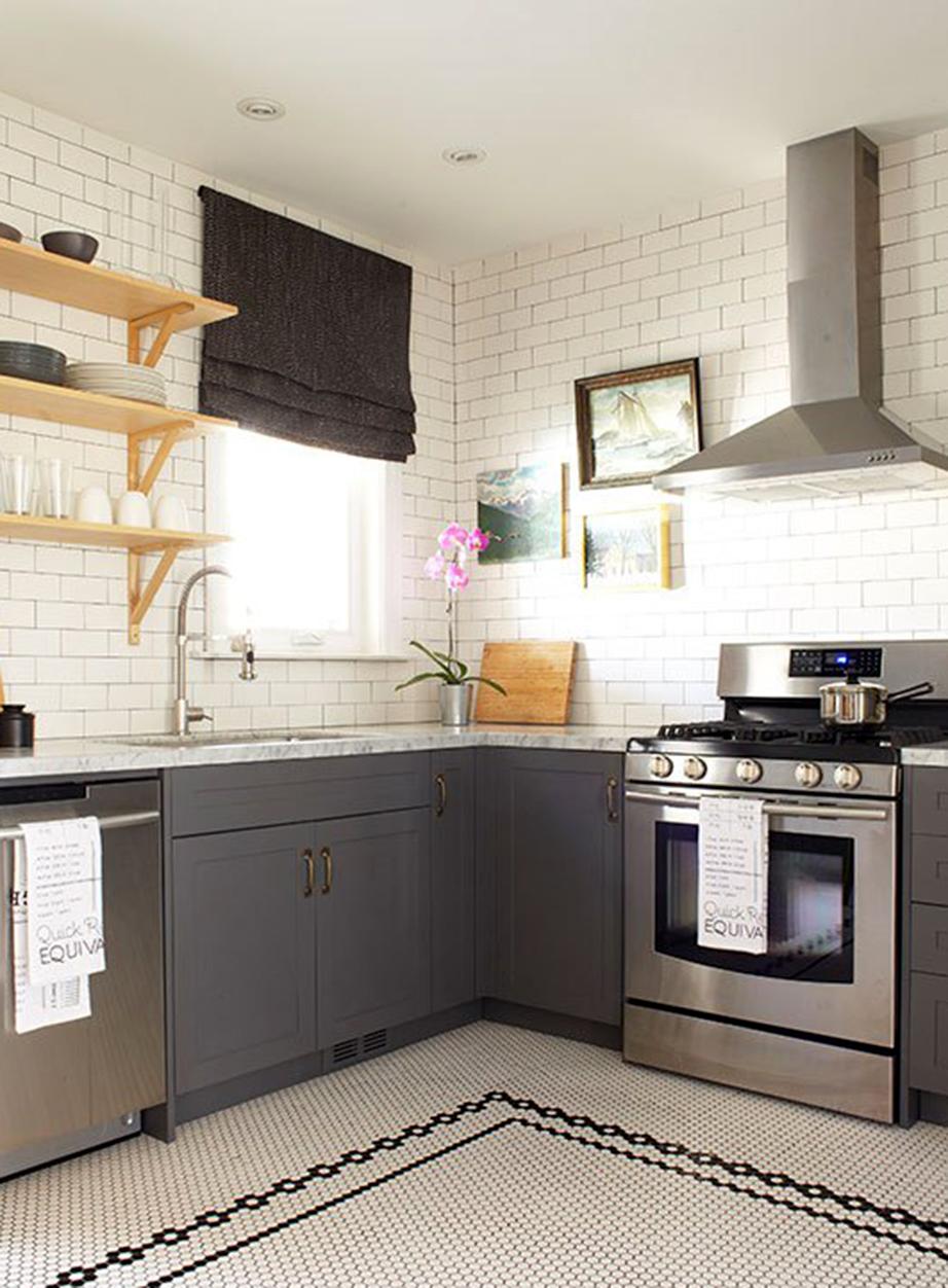Η χρήση του λευκού στην πλειοψηφία του χώρου φώτισε αμέσως ολόκληρη την κουζίνα.