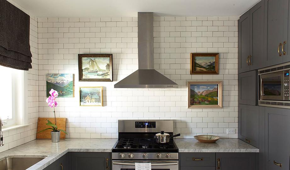 Παράλειψη ντουλαπιών πάνω από τον πάγκο της κουζίνας σε συνδυασμό με λιτή διακοσμητική προσέγγιση.