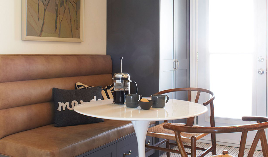 Μακριά από τη συνηθισμένη μορφή της διάταξης των ντουλαπιών η κουζίνα διαθέτει πολλούς αποθηκευτικούς χώρους χωρίς όμως αυτοί να στοιβάζονται όλοι μαζί σε ένα και μόνο σημείο.