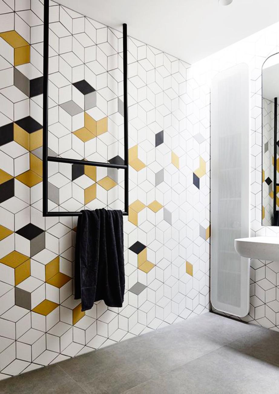 Με τη βοήθεια χαρτοταινίας μπορείτε να φτιάξετε διάφορα γεωμετρικά σχήματα και να βάψετε το εσωτερικό τους με διαφορετικό χρώμα το καθένα.