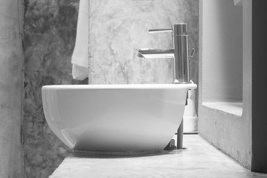 Μπορεί να έχει βιομηχανικό στιλ όπως της εικόνας ή πιο επιτηδευμένα πολυτελές. To χρώμα, η υφή και η όψη του μπάνιου με την τεχνική αυτή εξαρτάται από τις επιλογές των υλικών.