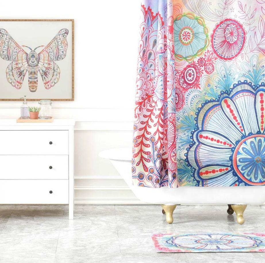 Τα έντονα σχέδια στις κουρτίνες βοηθάνε αν δεν θέλετε να βάλετε σε άλλα σημεία του μπάνιου σας δυνατές αποχρώσεις.