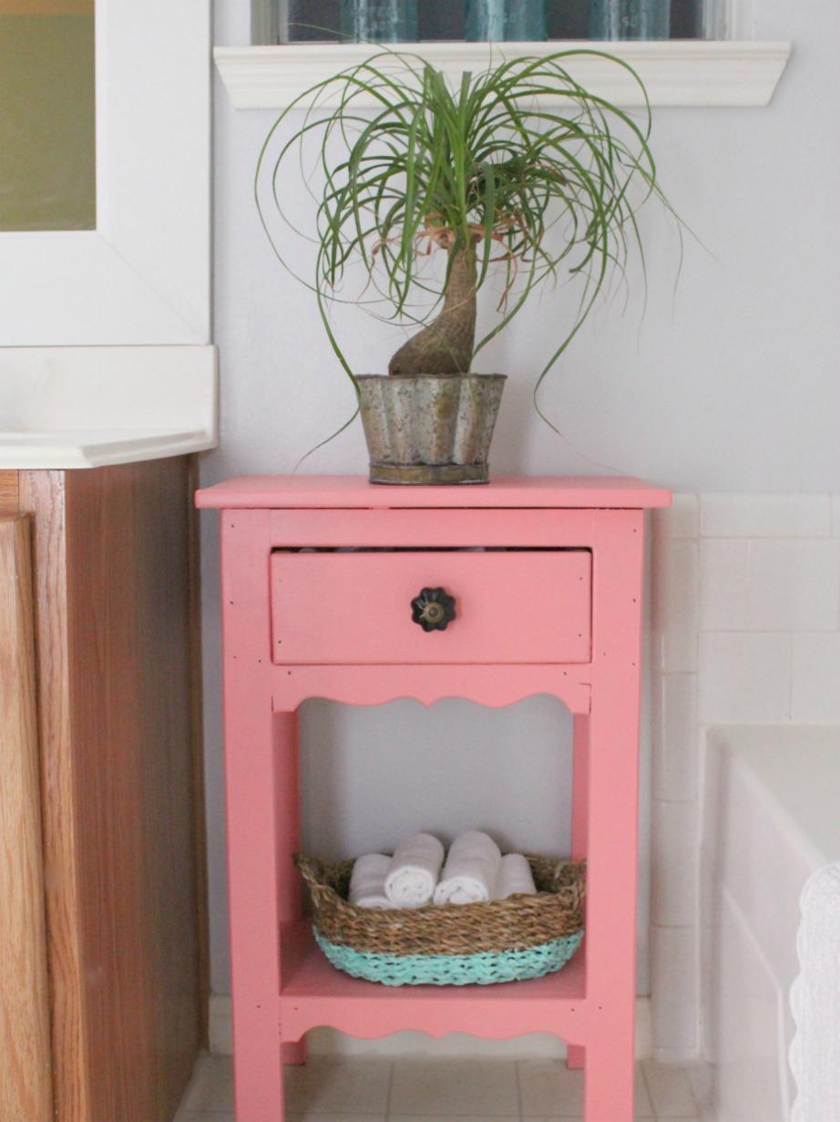 Ένα vintage τραπεζάκι με χρώμα αναβαθμίζει αμέσως ένα μικρό μπάνιο.