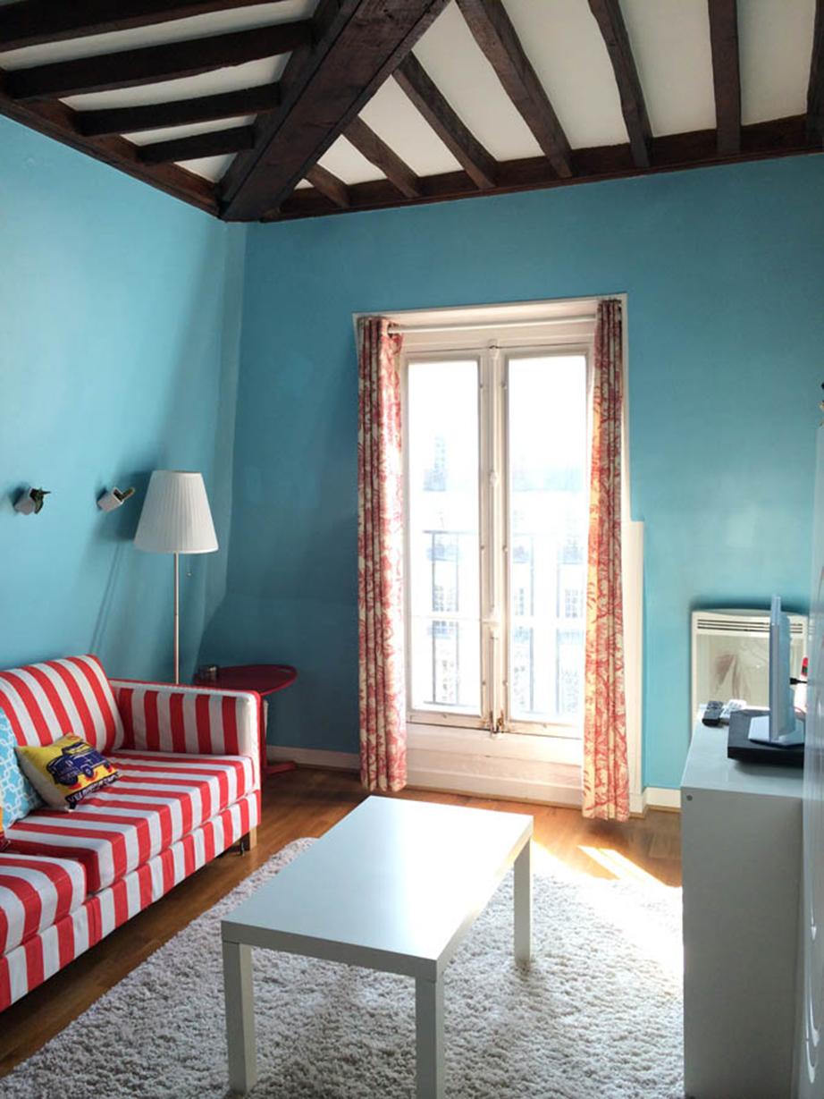 Η ερυθρόλευκη ρίγα του καναπέ, όσο κι αν κανείς προσπαθήσει, δεν μπορεί σε τίποτε να θυμίσει τον Γαλλικό Νότο.