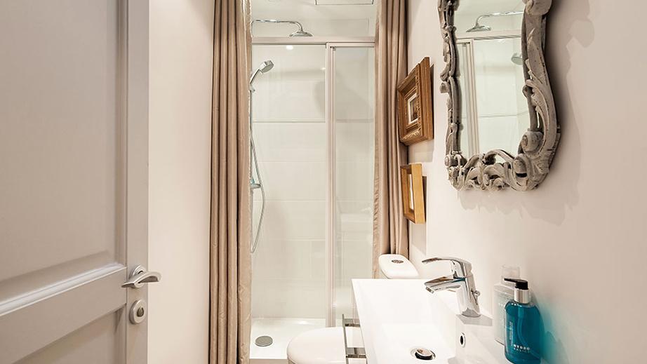 Ακόμη και το μπάνιο, όσο μικροσκοπικό κι αν είναι, έχει έναν αέρα από spa με στοιχεία πιο εκκεντρικά.