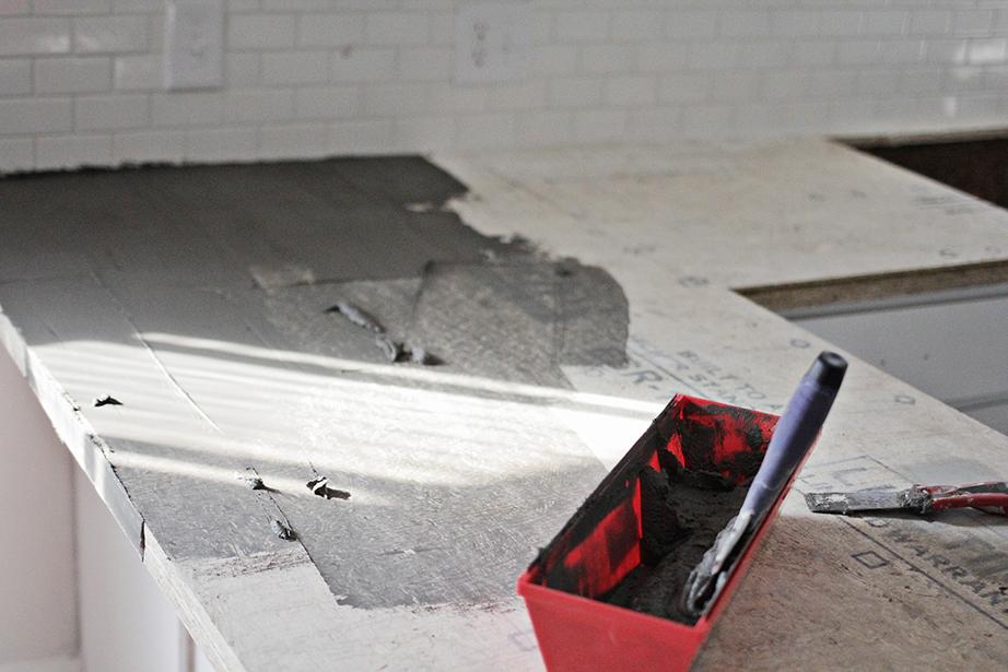 Ο πάγκος της κουζίνας αντικαταστάθηκε με κομμάτια κόντρα πλακέ θαλάσσης με επικάλυψη μπετόν και αδιαβροχοποιητικών υλικών.