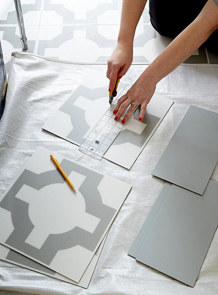 Τα πλακάκια του δαπέδου καλύφθηκαν εύκολα και απλά με πλακάκια από λινοτάπητα (συνθετικό υλικό παράγωγο πολλών διαφορετικών μεταξύ τους υλικών που χρησιμοποιείτε κυρίως για την κάλυψη δαπέδων στο εξωτερικό).