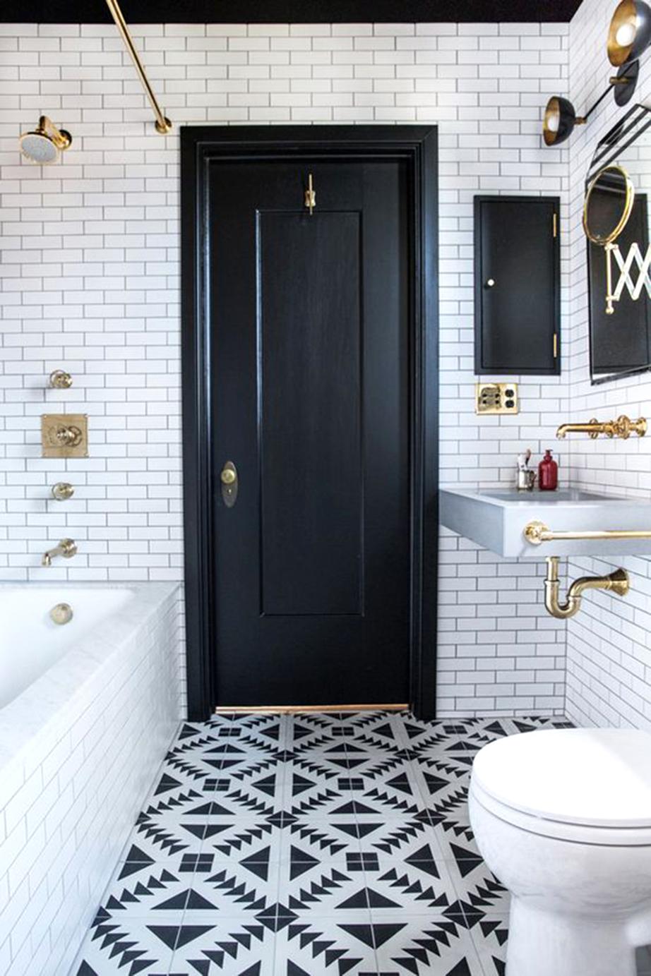 Το μαύρο του δαπέδου μοιάζει σαν να ρέει από το ταβάνι και την πόρτα.