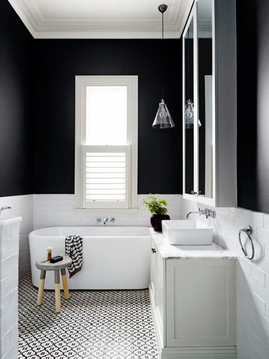 Απόλυτο μαύρο για το άνω μισό του τοίχου και ασπρόμαυρο ρετρό πλακάκι για το δάπεδο.