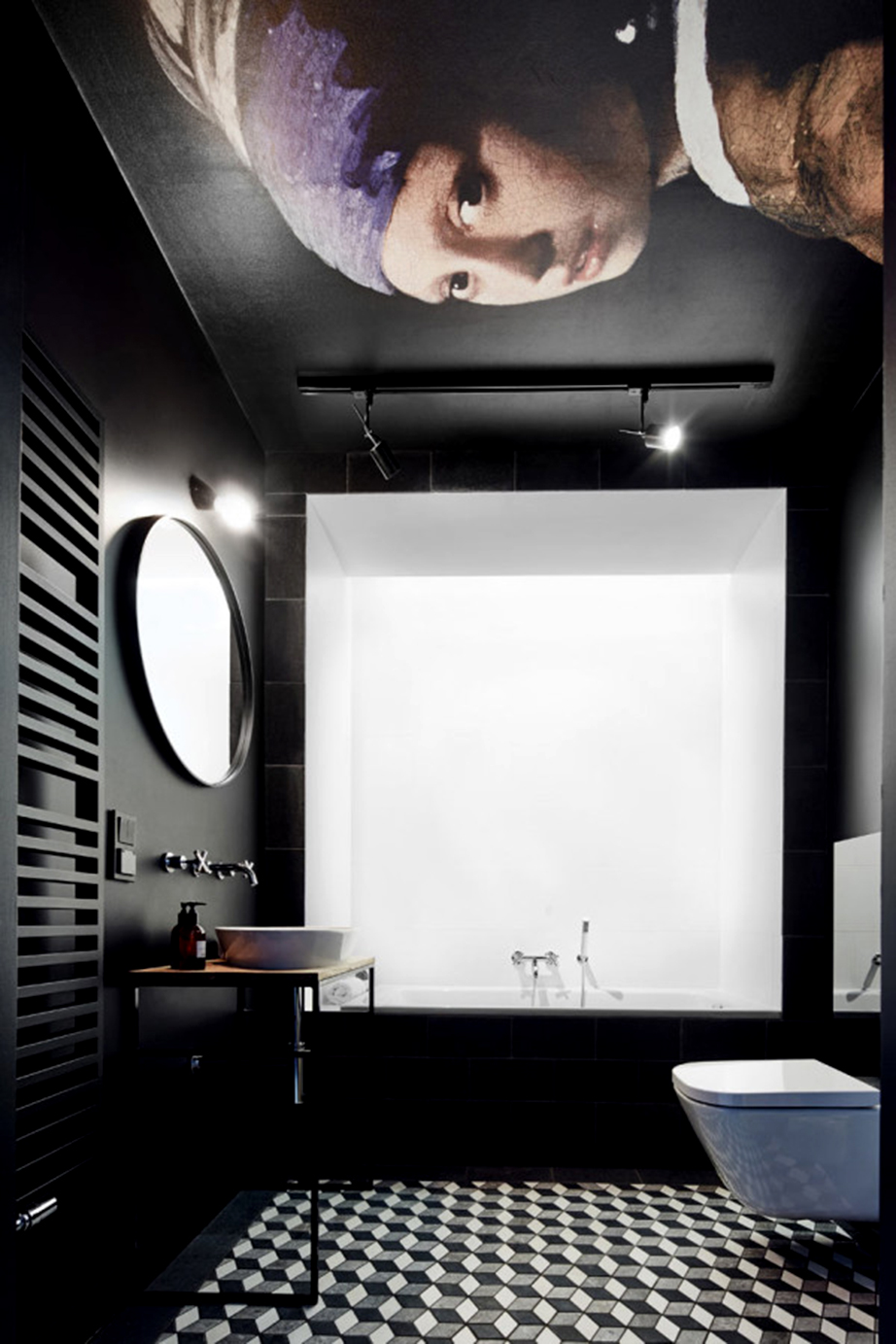 Ένα έργο Τέχνης αποτυπωμένο στο ταβάνι του μπάνιου και με την μπανιέρα να βρίσκεται σε μια λευκή εσοχή κάνει αυτό το μπάνιο να μοιάζει με γκαλερί.