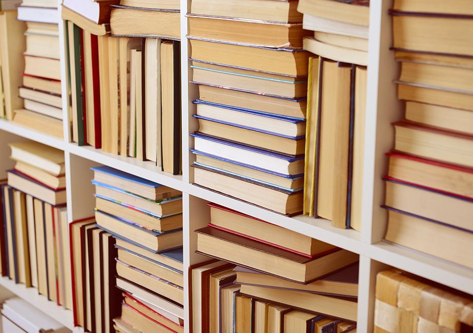 Απαλλάξτε τη βιβλιοθήκη σας από σωρούς παλιών βιβλίων που δεν θα αγγίξετε πια.