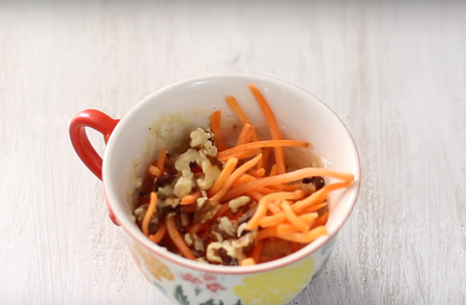 Προσθέστε στο μείγμα το καρότο και τα καρύδια και ανακατέψτε ξανά.