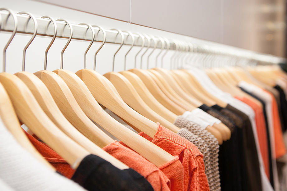 Προτιμήστε τις ράβδους για να κρεμάτε τα ρούχα σας από τα ράφια που πιάνουν περισσότερο χώρο απ' όσο προσφέρουν για αποθήκευση.