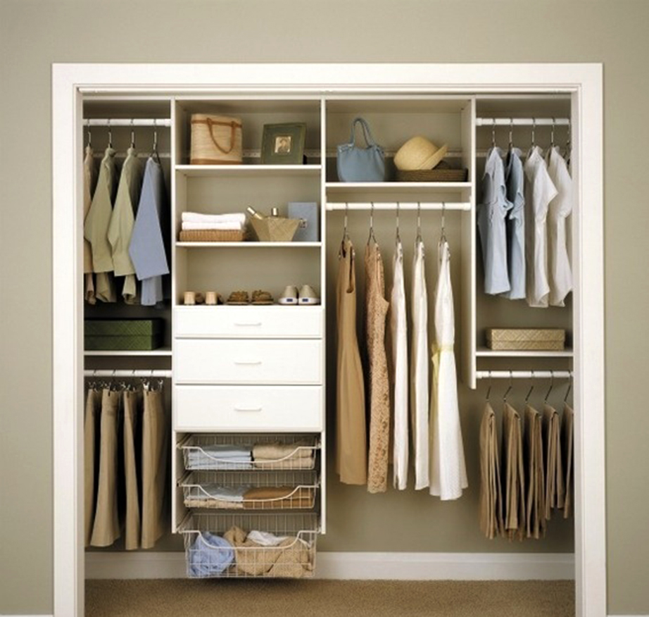 Βάλτε σε τάξη την ντουλάπα χωρίζοντας τα ρούχα ανά είδος.