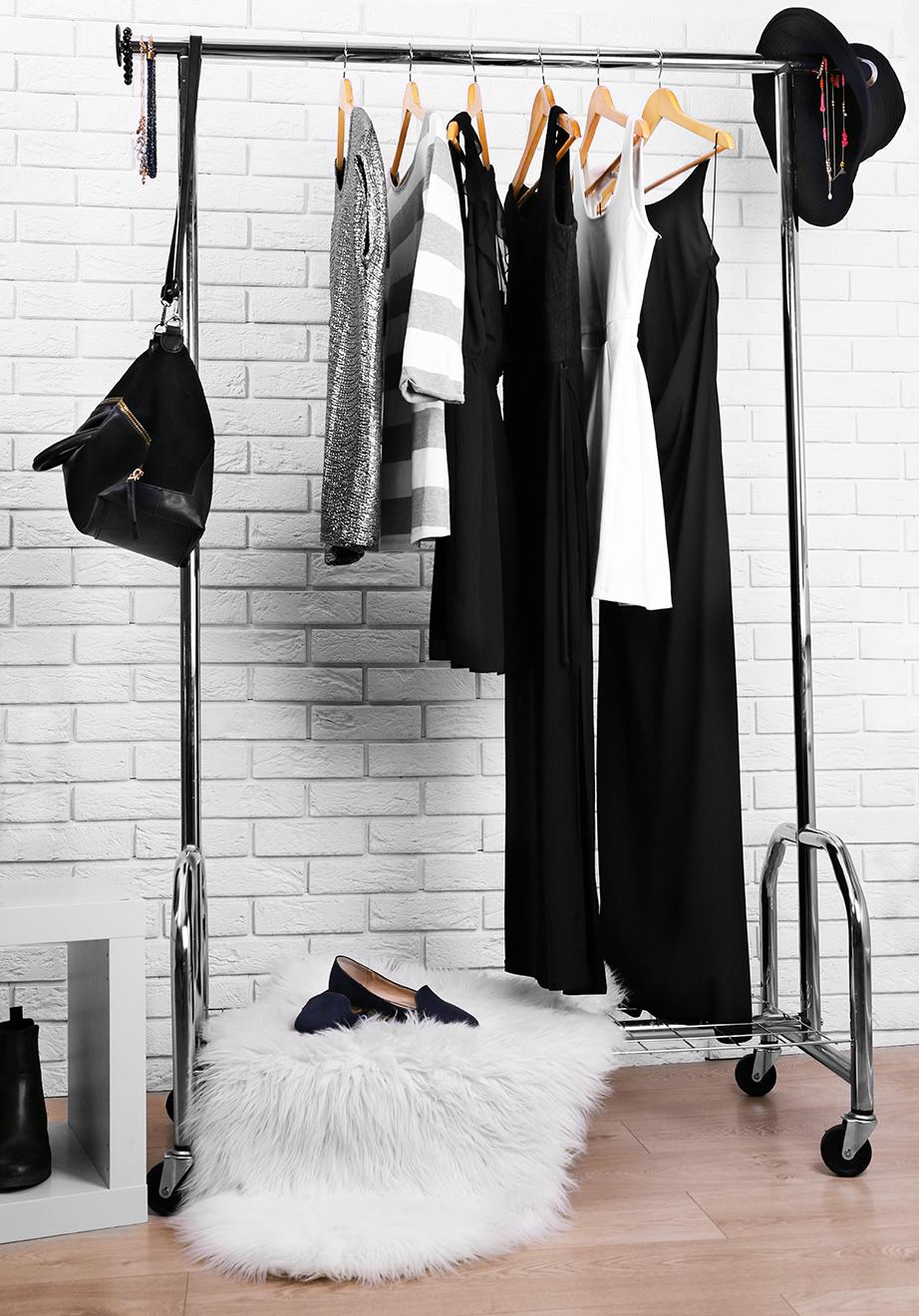 Κάντε τα είδη πρώτης επιλογής ή τα αγαπημένα σας outfits μέρος της διακόσμησης του υπνοδωματίου σας.