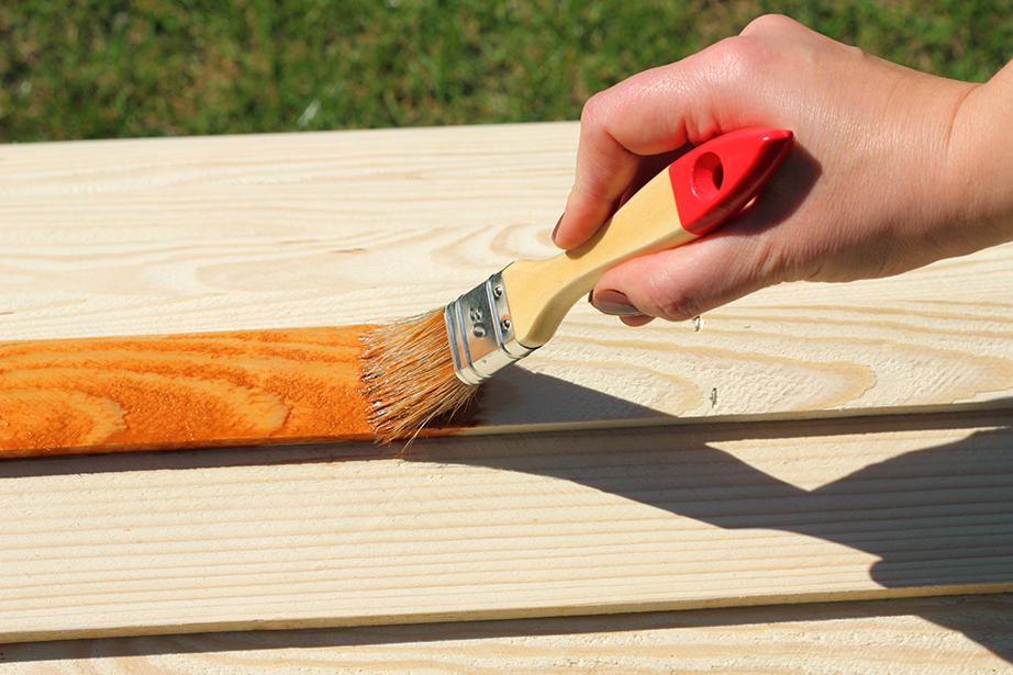Έχοντας τρίψει την επιφάνεια του ξύλου που θέλετε να βάψετε περάστε στη συνέχεια το νέο σας φυσικό χρώμα.