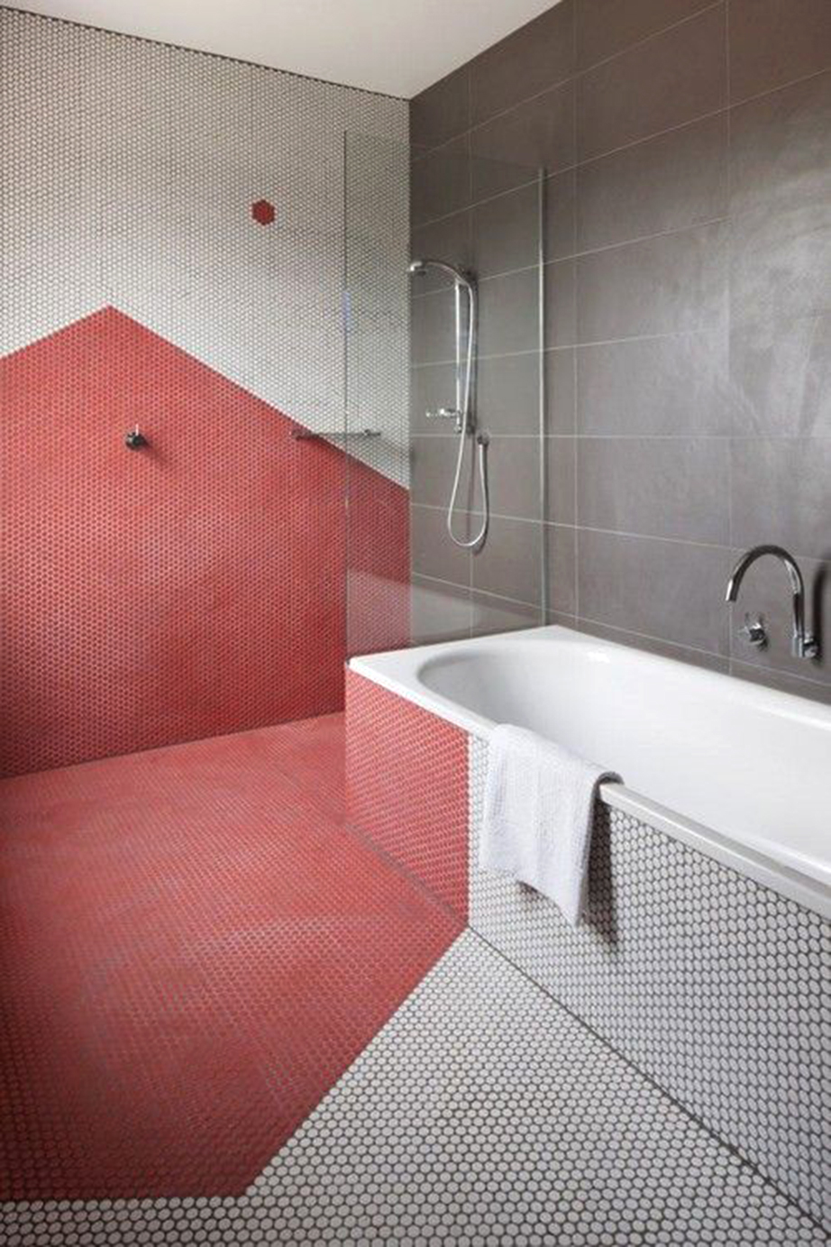 Μπορεί η επένδυση του χρώματος να έγινε σε όλες τις επιφάνειες του συγκεκριμένου μπάνιου και με τρόπο χρωματικό να τις ένωσε ωστόσο το τελικό αποτέλεσμα δεν είναι καλό.