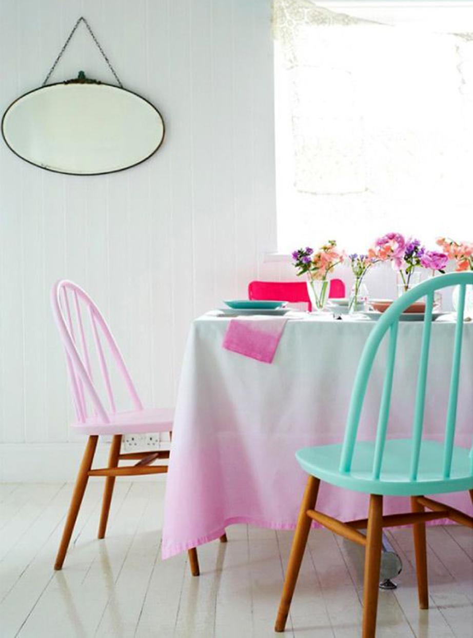 Βάψτε κατά το ήμισυ τις καρέκλες σας σε δύο χρώματα της επιλογής σας.