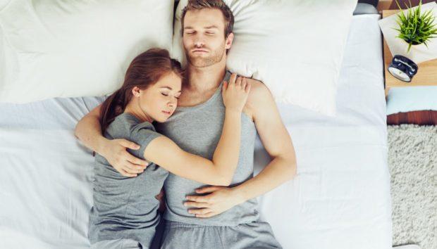 6 Διαφορετικές Στάσεις Ύπνου και τι Δείχνουν για τη Σχέση σας