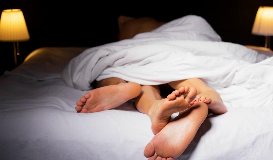 Αν κοιμάστε με μπλεγμένα πόδια τότε η σεξουαλική σας ζωή είναι σίγουρα πολύ καλή.