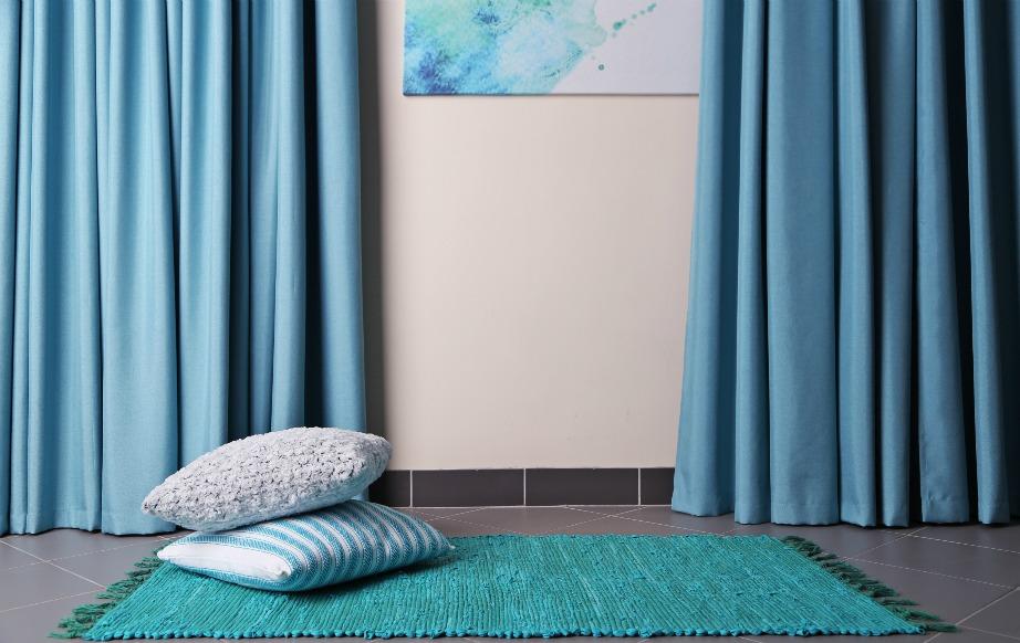 Μια όμορφη κουρτίνα μπορεί να κρύψει προβληματικά σημεία του τοίχου που δεν σας αρέσουν να τα βλέπετε και χαλάνε το decor του υπόλοιπου σπιτιού.