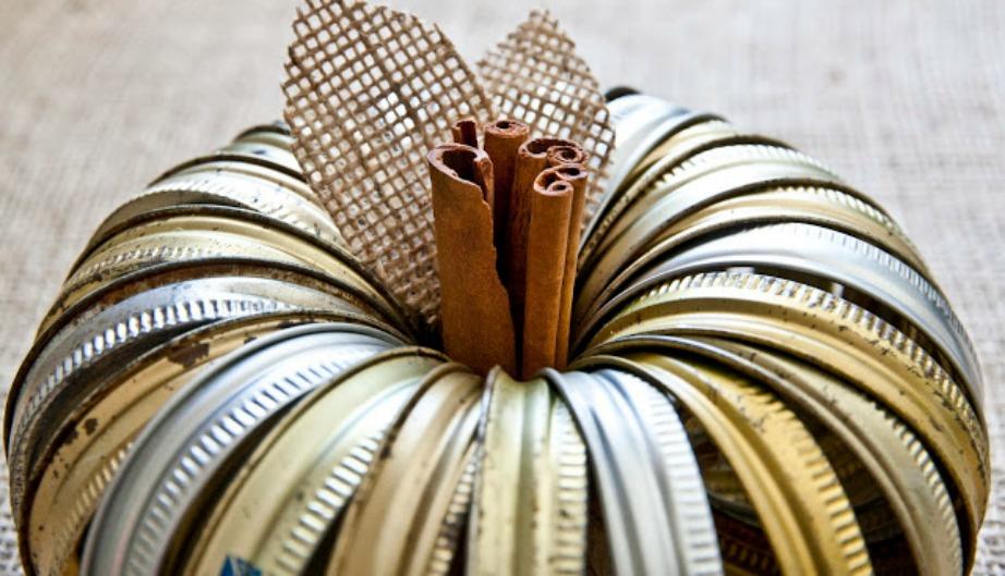 Μόνο με μερικά καπάκια από άδεια βαζάκια μπορείτε να φτιάξετε ένα όμορφο αρωματικό για την κουζίνα σας.