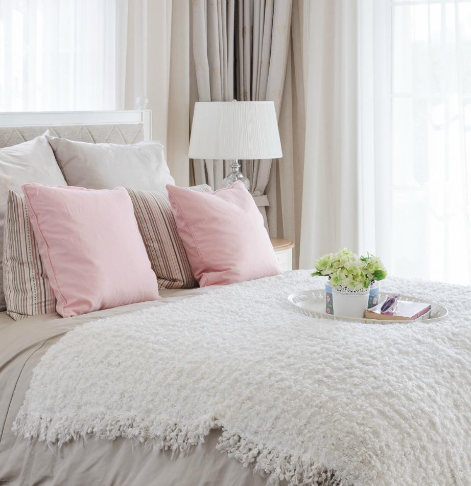 Σκεπάσματα, κιλίμια, μαξιλαράκια και σεντόνια ανανεώνουν εύκολα το κρεβάτι σας. Φέτος είναι must οι παλ αποχρώσεις και τα ζεστά υλικά, όπως είναι το μαλλί και η γούνα.