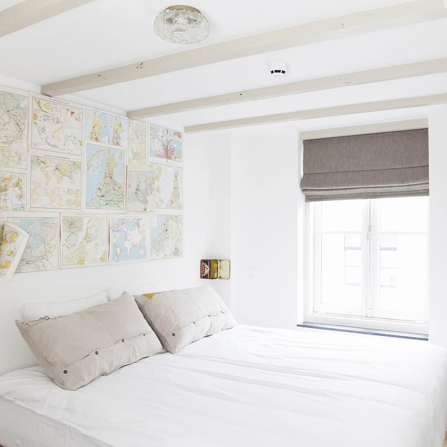 Το λευκό αυτού του φωτεινού δωματίου κυριαρχεί και δυναμώνει ακόμη περισσότερο τη προτροπή για χαλάρωση και ηρεμία.