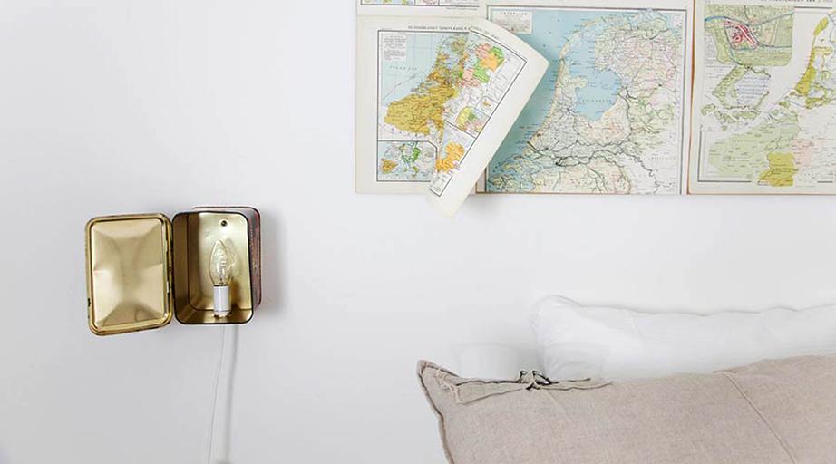Τα κλασικά πορτατίφ ή απλίκες δίπλα από το κρεβάτι έχουν αντικατασταθεί από μια πρωτότυπη κατασκευή με ένα παλιό μεταλλικό κουτί.