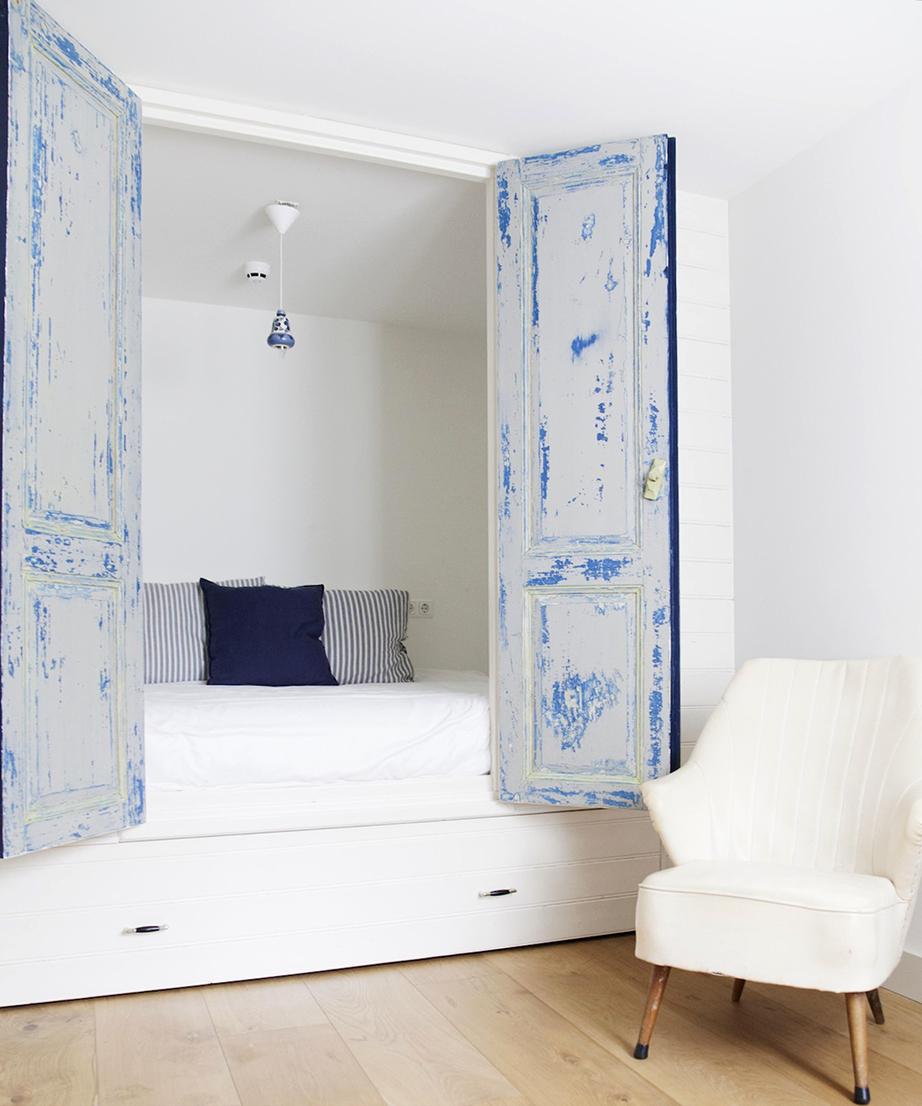 Συνδυασμός του χρώματος των φύλλων της ντουλάπας με τα μαξιλαράκια του κρεβατιού και του φωτιστικού.