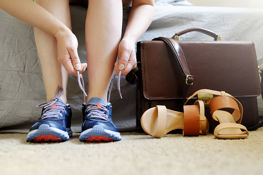 H χρήση παπουτσιών μέσα στο σπίτι επιβαρύνει ακόμη περισσότερο την κατάσταση.