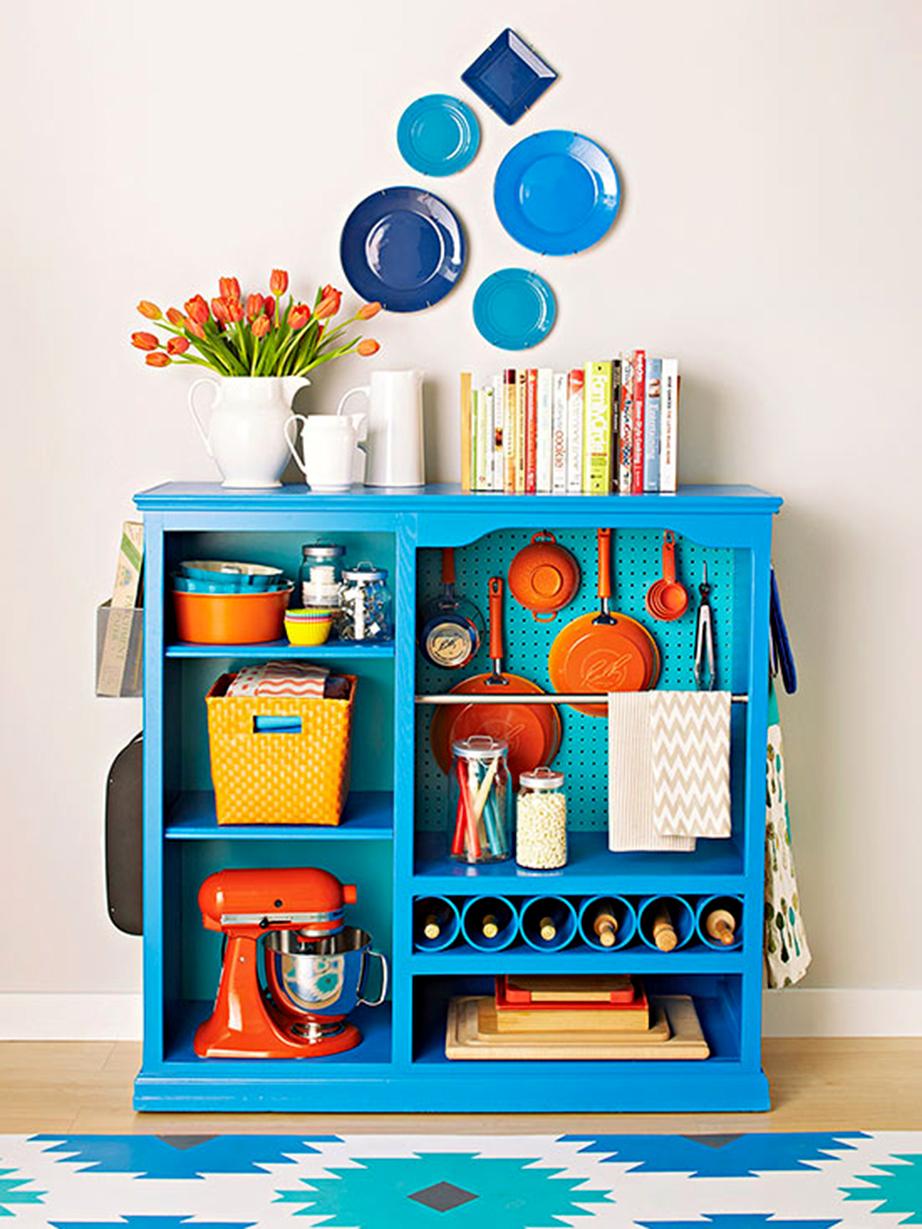 Βάψτε τα μικροέπιπλα της κουζίνας σε μια έντονη απόχρωση και συμπληρώστε αισθητικά με χρήσιμα αντικείμενα μαγειρικής που έχουν επίσης έντονους χρωματισμούς.