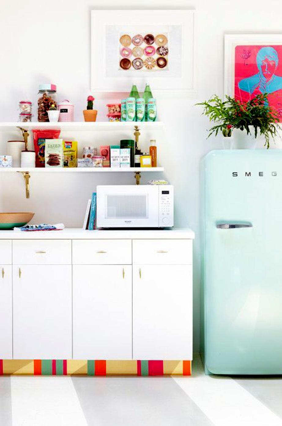 Κολλήστε τμηματικά στα φύλλα των ντουλαπιών της κουζίνας ή στην μπάζα της ντουλάπας χρωματιστές διακοσμητικές ταινίες ή αυτοκόλλητες ταπετσαρίες.